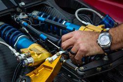 SpeedSource Mazda teamlid aan het werk