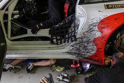 Mécaniciens au travail dans les stands