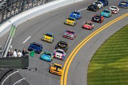 GS start: #15 Multimatic Motorsports Mustang Boss 302 R: Scott Maxwell, Jade Buford, voert het veld