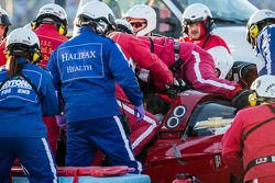 Squadra di soccorso al lavoro sulla vettura di Memo Gidley