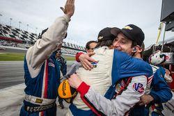 比赛获胜者 Christian Fittipaldi,和Burt Frisselle一起庆祝