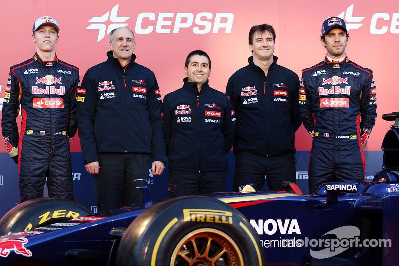 (Da sinistra a destra): Daniil Kvyat, Scuderia Toro Rosso; Franz Tost, Scuderia Toro Rosso Team Principal; Luca Furbatto, Capo progettista Scuderia Toro Rosso; James Key, Direttore Tecnico Scuderia Toro Rosso, Jean-Eric Vergne, Scuderia Toro Rosso