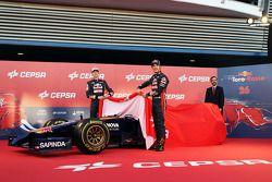 Daniil Kvyat avec Jean-Eric Vergne lors de la présentation de la Toro Rosso STR9