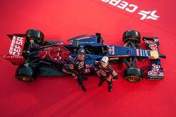 Jean-Eric Vergne et son coéqupier Daniil Kvyat lors de la présentation de la Toro Rosso STR9