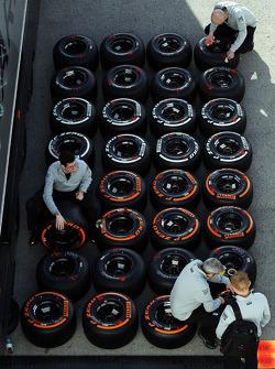 McLaren mekanikeri Pirelli lastiklerini hazırlıyor
