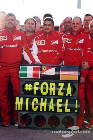 Ferrari takımı Michael Schumacher'e destek mesajını iletiyor