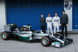 Paddy Lowe, Mercedes AMG F1 Executive Technical Director, Lewis Hamilton, Mercedes AMG F1; Nico Rosb