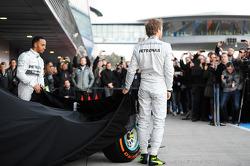 Lewis Hamilton et son coéquipier Nico Rosberg lors de la présentation de la Mercedes W05
