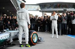 Nico Rosberg et Lewis Hamilton lors de la présentation de la Mercedes W05
