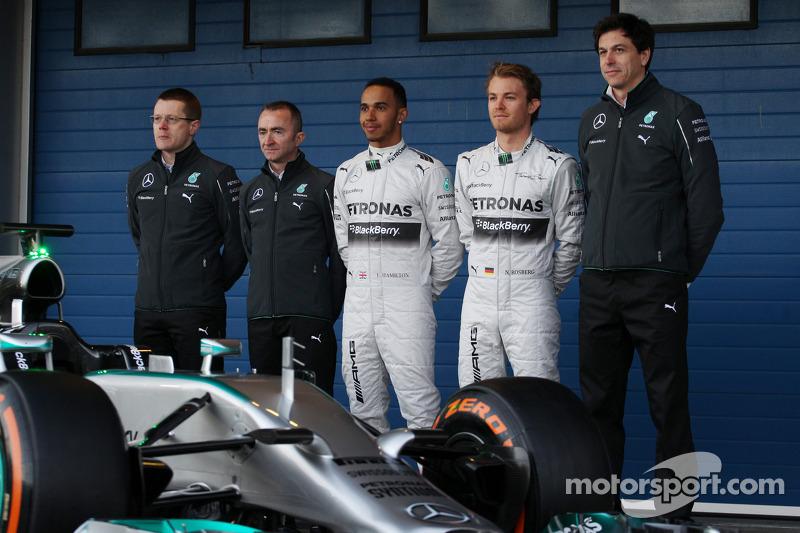 Paddy Lowe, Lewis Hamilton, Nico Rosberg und Toto Wolff mit dem Mercedes AMG F1 W05