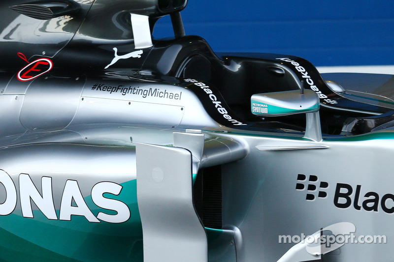 Mercedes AMG F1 W05 con un messaggio di sostegno per Michael Schumacher