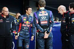(L to R): Daniel Ricciardo, Red Bull Racing with Sebastian Vettel, Red Bull Racing, Adrian Newey, Re