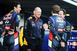 Daniel Ricciardo, Red Bull Racing; Adrian Newey, Chefdesigner; Sebastian Vettel, Red Bull Racing; Ch