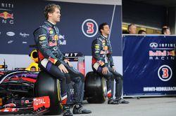 (Da sinistra a destra): Sebastian Vettel, Red Bull Racing e il compagno di squadra Daniel Ricciardo,