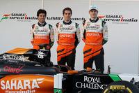 Серхіо Перес, Sahara Force India F1, Даніель Хункаделья, тестовий та резервний пілот Sahara Force India F1 Team, та Ніко Хюлкенберг, Sahara Force India F1 на презентації боліду VJM07
