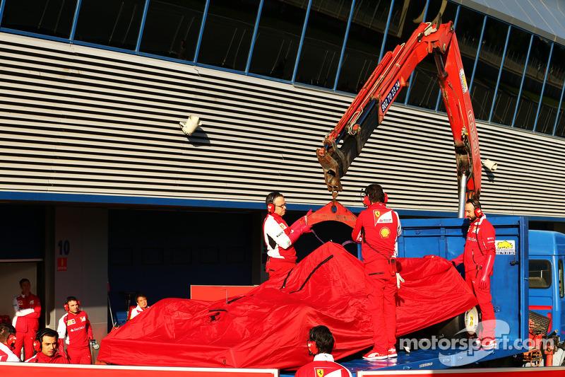 La F14-T Ferrari di Kimi Raikkonen, Ferrari, è riportatra di nuovo ai box sul retro di un camion