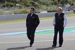 Los delegados de la FIA inspeccionar la primera esquina después de que Lewis Hamilton, se estrelló e