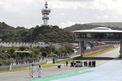 Restos del Mercedes AMG F1 W05 de Lewis Hamilton, Mercedes AMG F1 se retira de la pista después de q