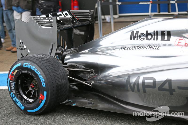 Jenson Button, McLaren MP4-29 lascia i box - dettaglio sospensione posteriore