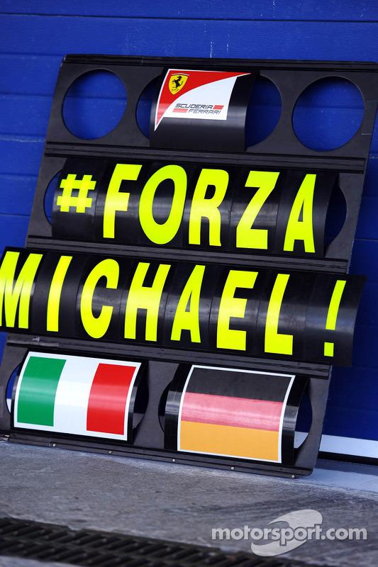 Placa de sinalização de box da Ferrari, com mensagem de apoio a Michael Schumacher