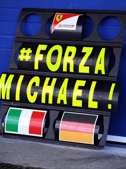 Een Ferrari pitbord toont medeleven met Michael Schumacher