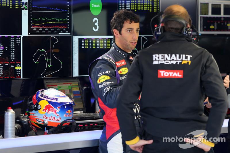 Daniel Ricciardo, Red Bull Racing talking with Renault Sport engineer