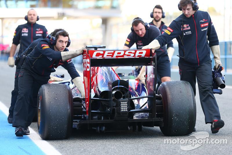 La Scuderia Toro Rosso STR9 di Jean-Eric Vergne, Scuderia Toro Rosso viene spinta lungo la corsia dei box