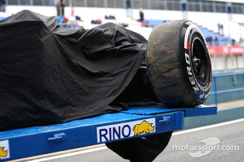 La McLaren MP4-29 di Kevin Magnussen, McLaren viene portata di nuovo ai box sul retro di un camion