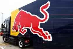 Camiones del Red Bull Racing abandonan los paddocks y el circuito