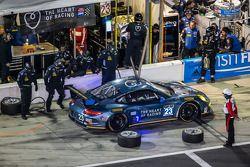 进站:#23 Team Seattle / Alex Job Racing 保时捷 911 GT America: Ian James, Mario Farnbacher, Alex Riberas,
