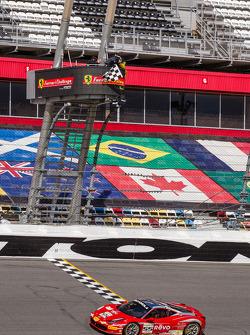 Scott Tucker, Boardwalk Ferrari, prende la bandiera a scacchi