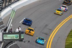 #13 Rum Bum Racing 保时捷 997: 马特·普拉姆, 尼克·隆吉, 吉安路易斯·巴卡尔迪 领先 #15 Multimatic Motorsports 野马 Boss 302 R: 斯