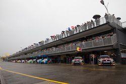 Auto's opgelijnd, klaar voor de officiele test