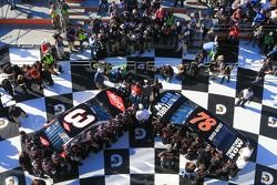 Austin Dillon, Richard Childress Racing Chevrolet et Martin Truex Jr., Furniture Row Racing Chevrole