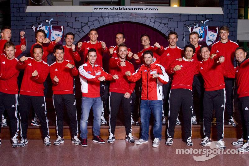 Photo de groupe des pilotes Audi avec les pilotes Moto Andrea Dovizioso et Cal Crutchlow en 2014