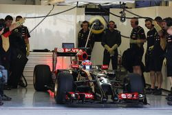 Romain Grosjean, Lotus F1 E22 deja los pits por primera vez