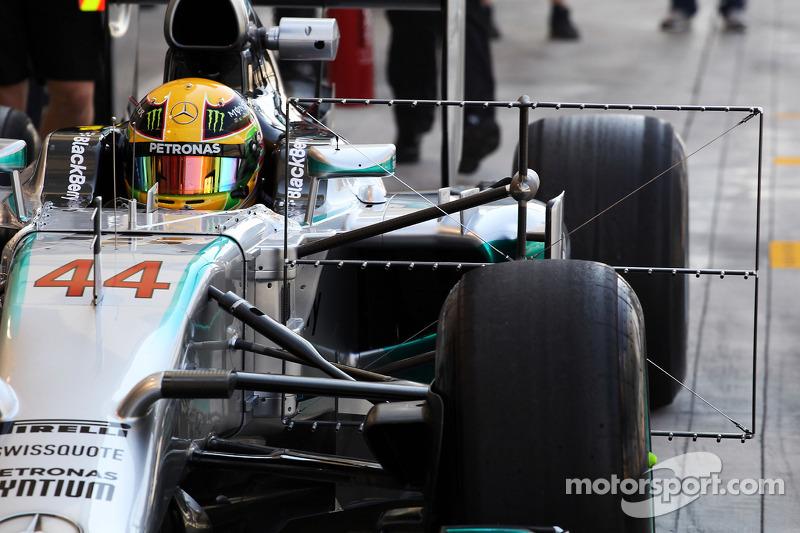 Lewis Hamilton, Mercedes AMG F1 W05 en pits con el equipo de sensor