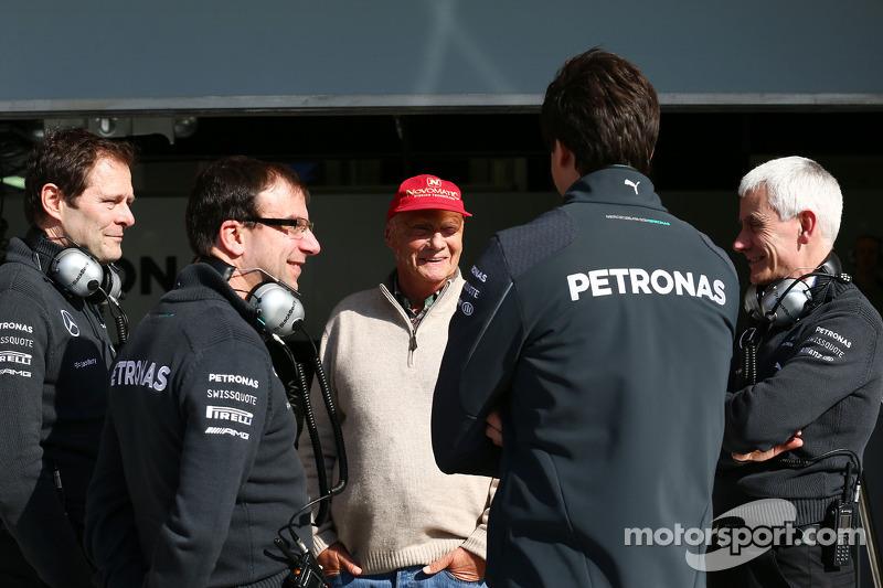 (从左至右): 阿尔多·科斯塔, 梅赛德斯 AMG F1车队 工程总监 与 尼基·劳达, 梅赛德斯非执行主席; 托托·沃尔夫, 梅赛德斯 AMG F1车队 车队股东兼执行官 和 杰夫·威利斯, 梅赛德