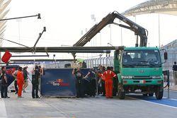红牛青年队STR9赛车,达尼·科维亚特, 红牛青年队,被盖住架在卡车上送回维修区