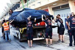 红牛车队塞巴斯蒂安·维特尔的红牛车队RB10赛车,被盖好架在卡车上运回维修通道