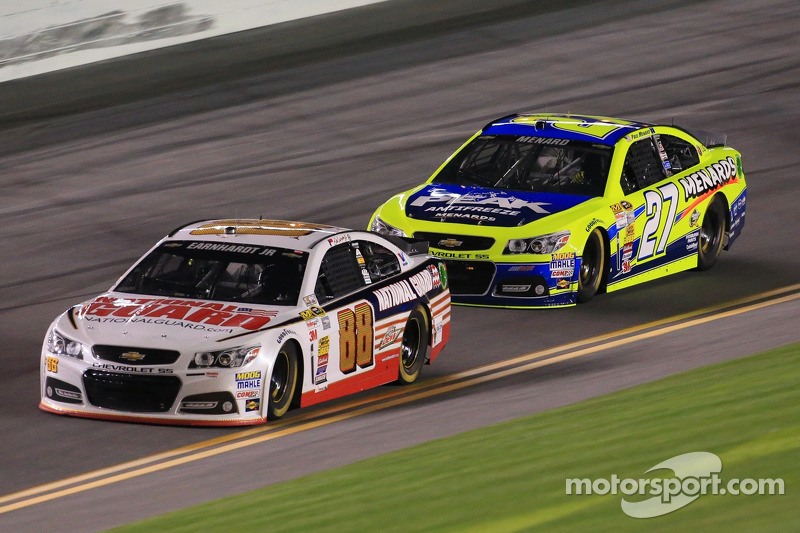 Dale Earnhardt Jr., Hendrick Motorsports Chevrolet ve Paul Menard, Richard Childress Racing Chevrolet