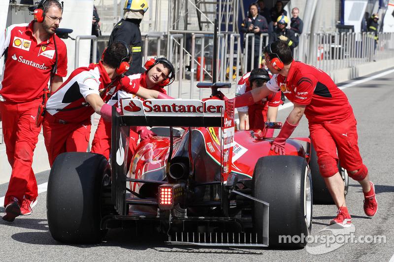 Fernando Alonso, Ferrari F14-T pitte itiliyor, difüzör sensörleriyle birlikte