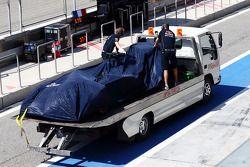 梅赛德斯AMG F1 W05赛车,被盖好架在卡车上运回维修通道
