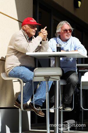 (Esquerda para direita): Niki Lauda, presidente não-executivo da Mercedes, com Keke Rosberg