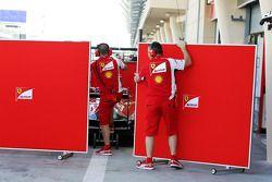 Sichtschutz vor dem Ferrari von Kimi Räikkönen, Ferrari F14-T