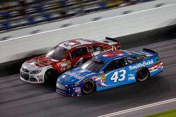 Aric Almirola, Richard Petty Motorsports Ford et Kevin Harvick, Stewart-Haas Racing Chevrolet