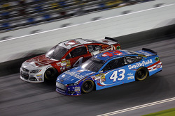 Aric Almirola, Richard Petty Motorsports Ford et Kevin Harvick, Stewart-Haas Racing Chevrolet