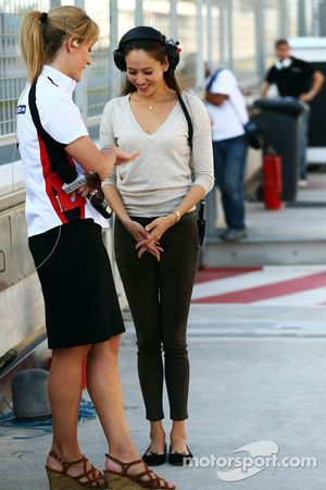 Rachel Brookes, Reportera de Sky Sports F1 con Jessica Michibata, novia de Jenson Button, McLaren