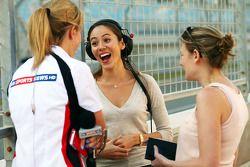 Rachel Brookes, Reportera de Sky Sports F1 con Jessica Michibata, novia de Jenson Button, McLaren y Jennie Gow, Reportera de BBC Radio 5 Live Pitlane