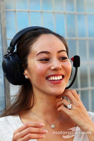 Jessica Michibata, novia de Jenson Button, McLaren, usando su anillo de compromiso
